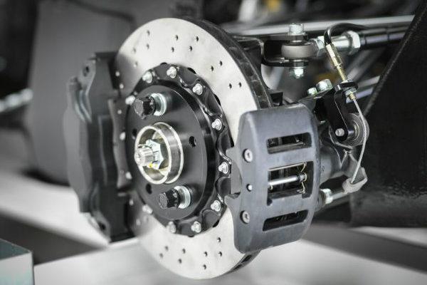 car brake 600x400 کنترل کشش چگونه چسبندگی خودرو را افزایش می دهد؟ اخبار IT