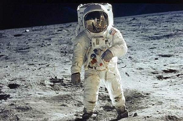 6 6 - تنها سنگ ریزههایی یافت شده از ماه به قیمت ۸۵۵ هزار دلار فروش رفتند