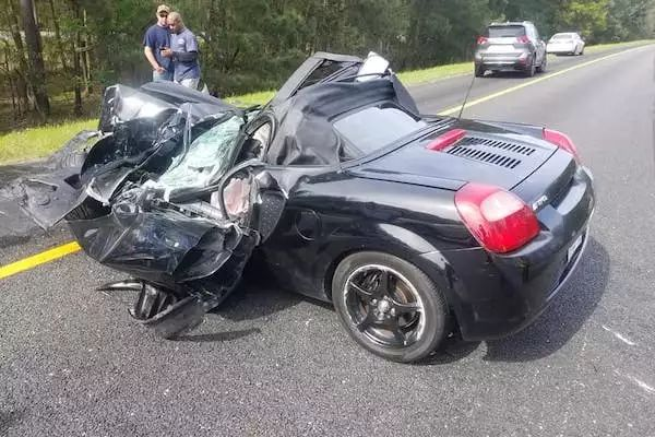 toyota-mr2-crashes-into-semi-truck (5)