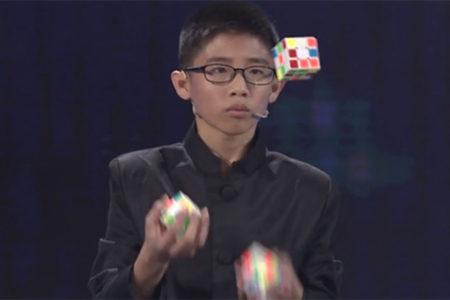 پسربچه چینی رکورد حل همزمان 3 مکعب روبیک حین پرتاب به هوا را شکست [تماشا کنید]