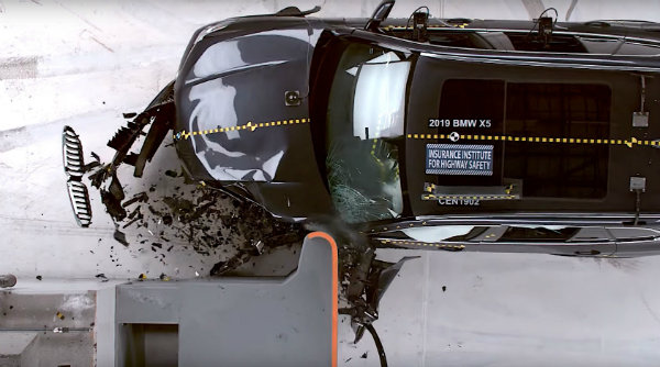 watch-a-2019-bmw-x5-kidney-grille-glide-away-intact-during-iihs-crash-test_4