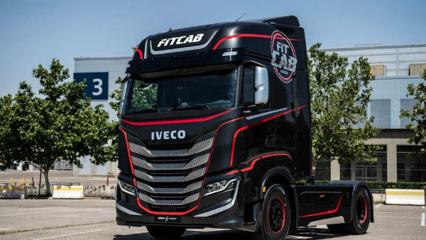 iveco-s-new-semi-is-a-rolling-home-gym-for-on-the-go-fitness (3)