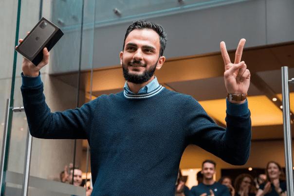 Muhannad Al Nadaf استرالیایی به عنوان اولین نفر در سیدنی استرالیا تحویل گرفتن آیفون 11 را جشن می گیرد