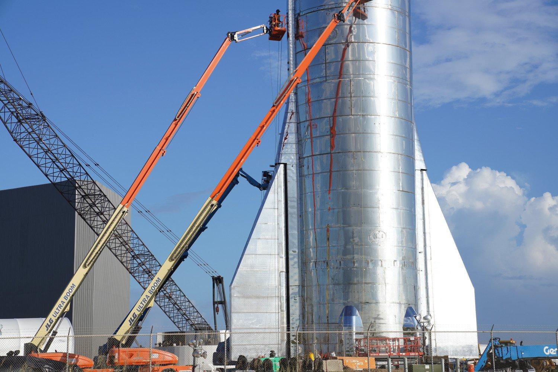 راکت استارشیپ با بیش از 50 متر ارتفاع بسیار غول پیکر به نظر می رسد.