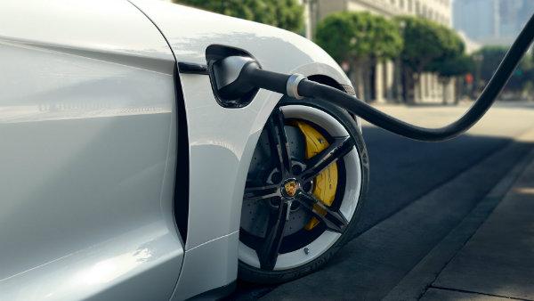 مقایسه سرعت شارژ پورشه تایکان و تسلا مدل 3