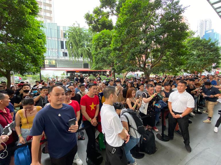 عرضه آیفون 11 در سنگاپور و ازدحام جمعیت