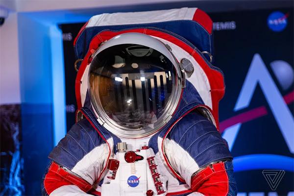 ناسا از نمونه اولیه لباس فضانوردی ماموریت آرتمیس رونمایی کرد