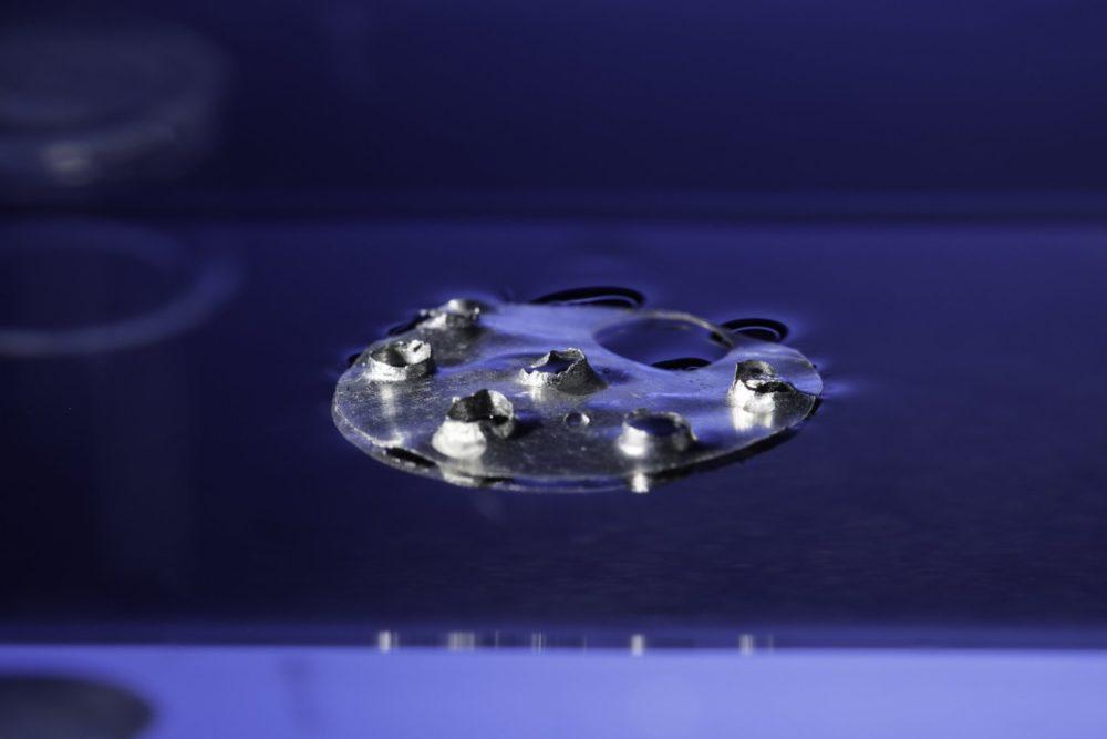 محققان به کمک مواد فوق آبگریز فلزی ساخته اند که حتی با سوراخ شدن شناور می ماند