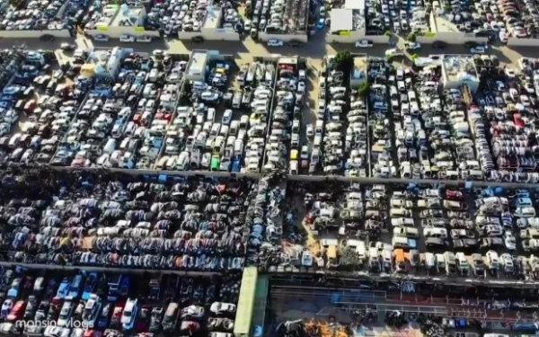 پارکینگی از خودروهای رها شده در دبی