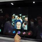 این آینه هوشمند با واقعیت افزوده امتحان مدل موهای مختلف را ممکن میکند