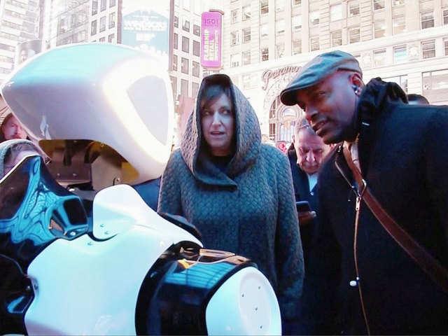 استقرار ربات Promobot در میدان تایمز نیویورک در پی شیوع ویروس کرونا
