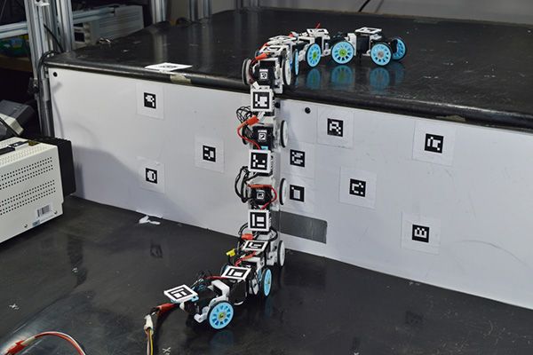 این ربات مثل مار از موانع بالا میرود [تماشا کنید]