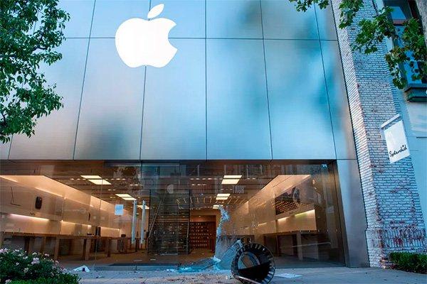 تخریب و سرقت از فروشگاههای اپل توسط معترضان آمریکایی [تماشا کنید]