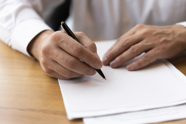 corporate man writing blank paper 23 2148377799 چگونه از خشم و نامیدی برای افزایش بازدهی و خلاقیت بهره ببریم؟ اخبار IT