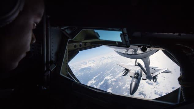 http  cdn.cnn .com cnnnext dam assets 200706141125 refueling 5 رقص میان زمین و هوا؛ مروری بر تاریخچه سوختگیری هواپیماها در آسمان اخبار IT