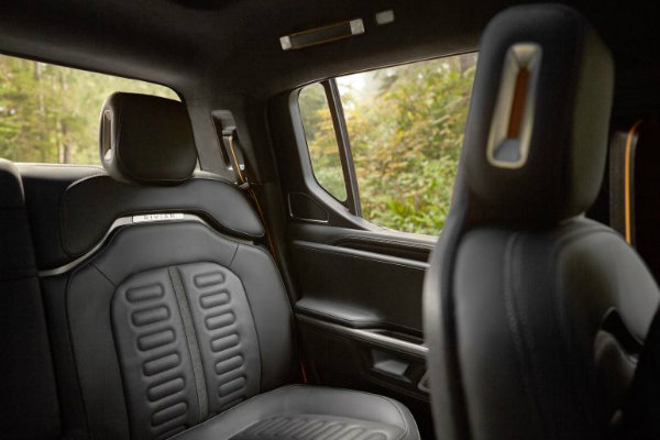 Rivian R1T interior استارتاپ ریوین کیفیت کابین محصولات خود را با تولیدات بنتلی و لامبورگینی همتراز میداند اخبار IT