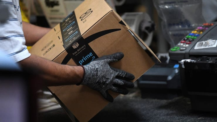 Amazon DOJ کارکنان آمازون به دریافت رشوه برای دستکاری نظرات و فروش کالاهای ممنوعه متهم شدند اخبار IT