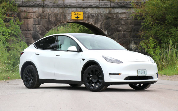 tesla model y 5 کنده شدن سقف تسلا مدل Y صفر کیلومتر هنگام انتقال خودرو از نمایندگی به منزل مالک اخبار IT