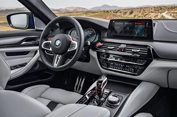 2018 BMW M5 interior 01 مروری بر نقش نمایشگرهای بزرگ در خودروها؛ آپشنی جذاب یا عامل حواسپرتی راننده؟ اخبار IT