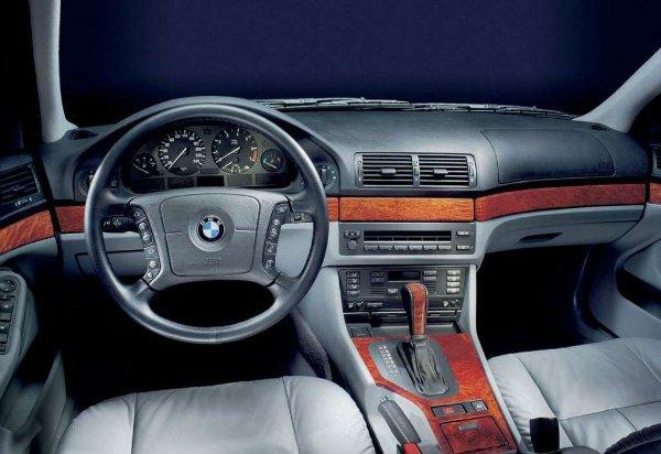 BMW 5 Series 2001 مروری بر نقش نمایشگرهای بزرگ در خودروها؛ آپشنی جذاب یا عامل حواسپرتی راننده؟ اخبار IT