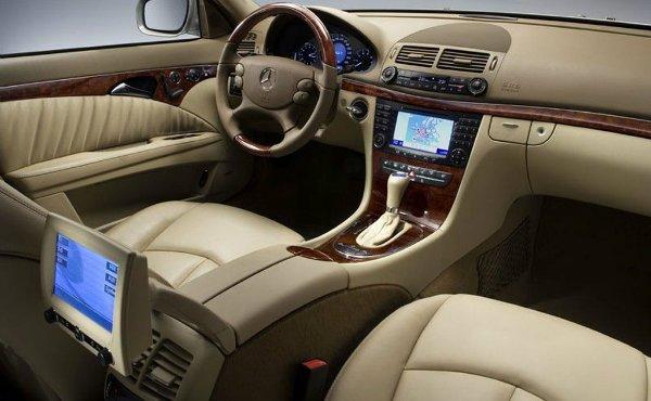 MERCEDES E CLASS sedan 4 2006 interior مروری بر نقش نمایشگرهای بزرگ در خودروها؛ آپشنی جذاب یا عامل حواسپرتی راننده؟ اخبار IT