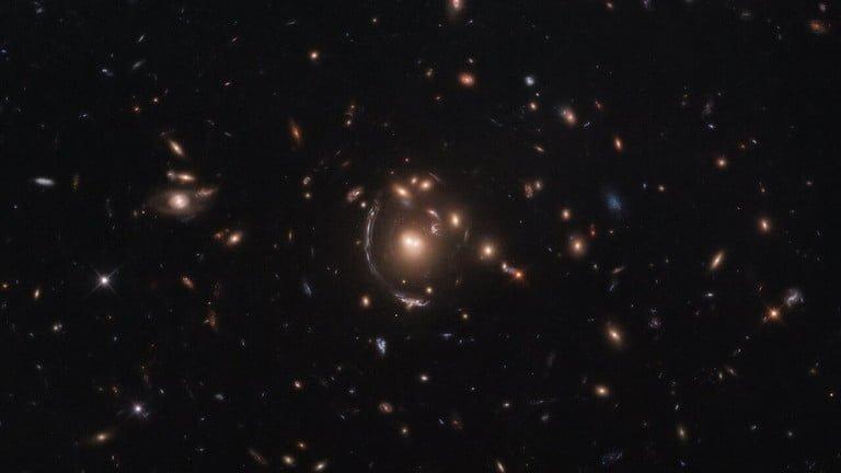 contorting giants 768x432 تلسکوپ هابل یک کهکشان دور را به کمک پدیده همگرایی گرانشی رصد کرد اخبار IT