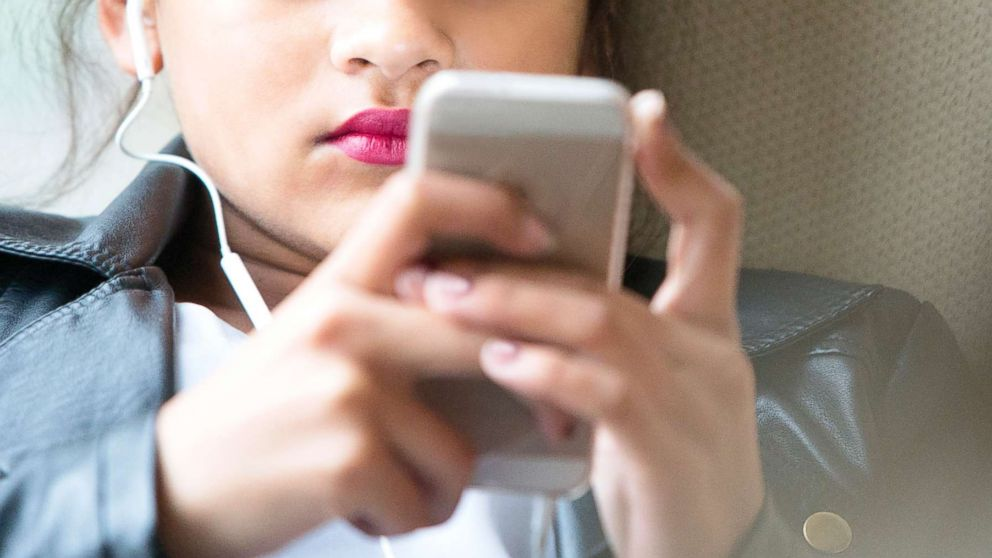 phone gty rf ml 181105 hpMain 16x9t 992 نتایج یک مطالعه آماری: هر فرد 9 سال از عمر خود را صرف کار با موبایل میکند اخبار IT