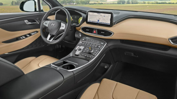 santa fe 2021 مروری بر نقش نمایشگرهای بزرگ در خودروها؛ آپشنی جذاب یا عامل حواسپرتی راننده؟ اخبار IT