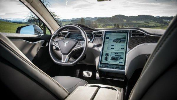 tesla model s مروری بر نقش نمایشگرهای بزرگ در خودروها؛ آپشنی جذاب یا عامل حواسپرتی راننده؟ اخبار IT