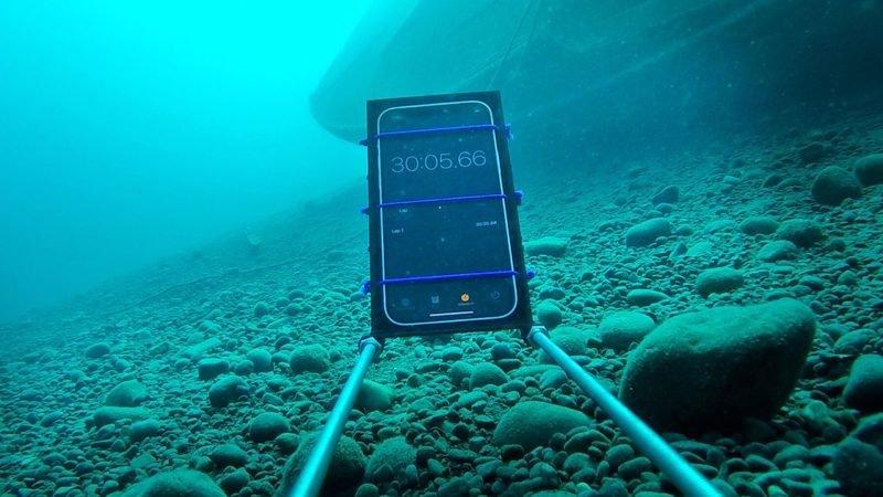 آزمایش مقاومت آیفون ۱۲ در برابر آب تا عمق ۲۰ متری [تماشا کنید]