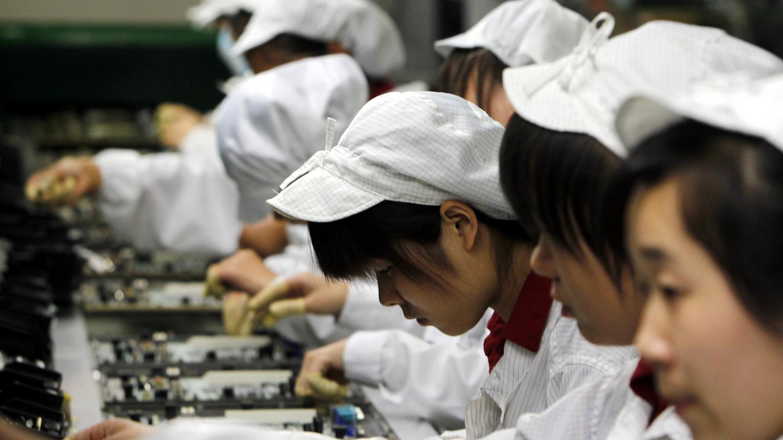 foxconn workers 030614 اپل به عدم قطع همکاری با تأمین کنندگان ناقض قوانین کار متهم شد اخبار IT
