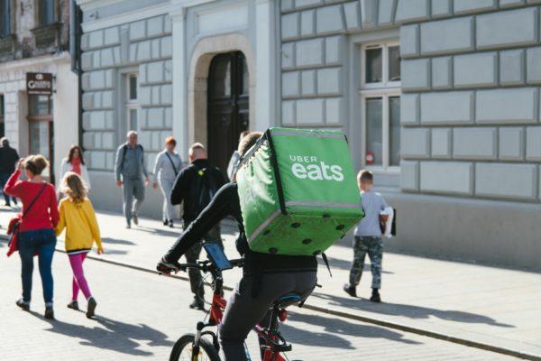 دادستانهای ایتالیا: ۶۰ هزار پیک پلتفرمهای اینترنتی تحویل غذا باید از مزایای کارکنان برخوردار شوند