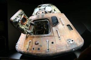 800px Apollo 14 capsule Kitty Hawk 300x200 آپولو ۱۴: ماموریتی که برنامه فضایی آمریکا را نجات داد اخبار IT