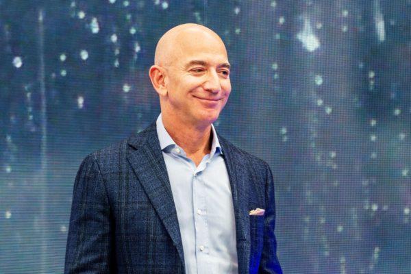 آن روی چهره ثروتمندترین انسان دنیا: نگاهی به ۶ بررسی جف بزوس از محصولات آمازون