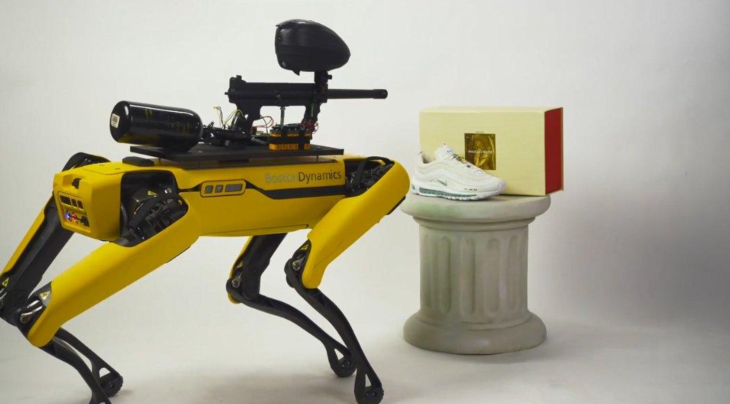 اظهار نگرانی بوستون داینامیکس از نصب تفنگ پینت بال روی سگ رباتیک