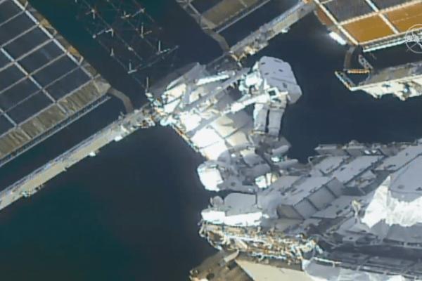 فضانوردان با راهپیمایی ۷ ساعته ISS را برای نصب پنلهای خورشیدی جدید آماده کردند