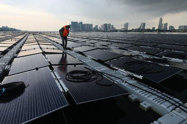 سنگاپور یکی از بزرگترین مزارع خورشیدی روی آب را برای مبارزه با تغییر اقلیم میسازد
