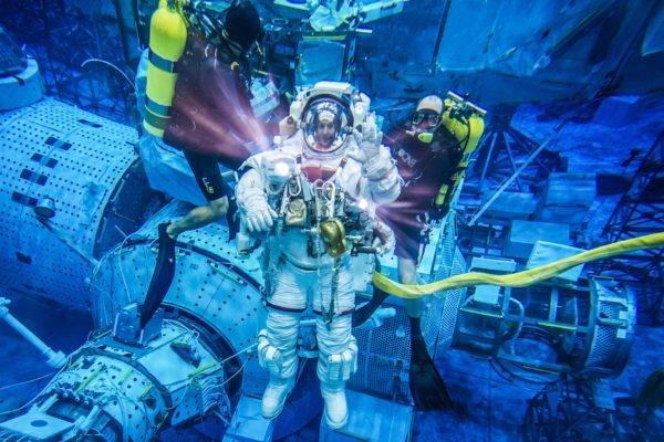 چرا فضانوردان برای راهپیمایی فضایی باید زیر آب تمرین کنند؟