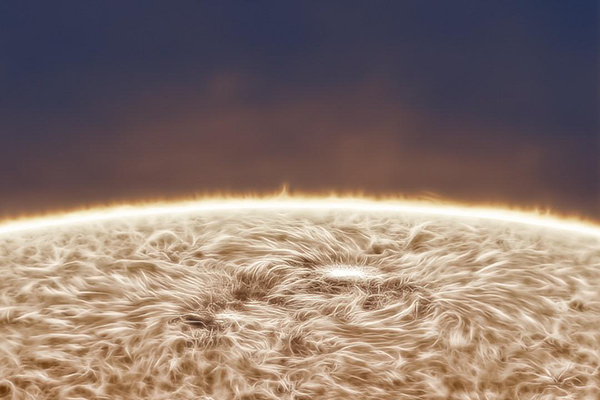 این تصویر خیره کننده از خورشید از حیاط منزل گرفته شده است