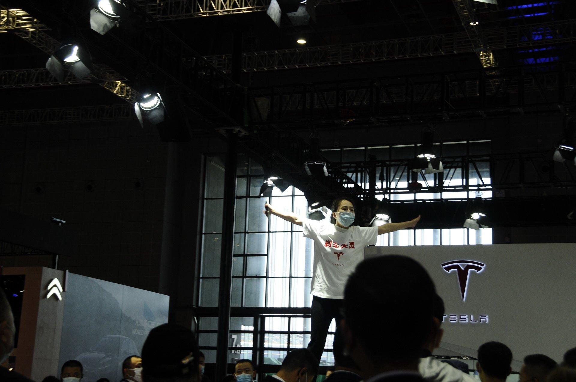 پریدن روی سقف تسلا مدل ۳ در نمایشگاه خودرو شانگهای؛ اعتراض به سبک چینی