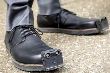 کفش مخصوص نابینایان موانع را تشخیص و به کاربر هشدار میدهد