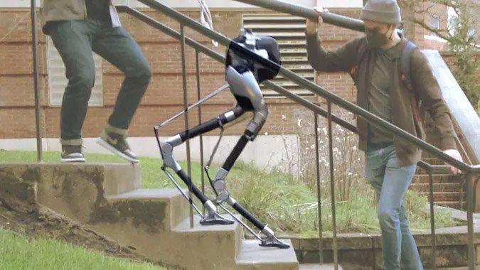 این ربات نابینا به راحتی از پلهها بالا و پایین میرود [تماشا کنید]