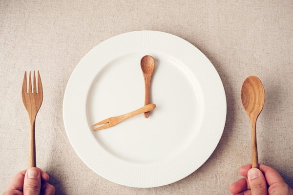 محققان: مدیریت دریافت کالری برای کاهش وزن موثرتر از رژیمهای فستینگ است
