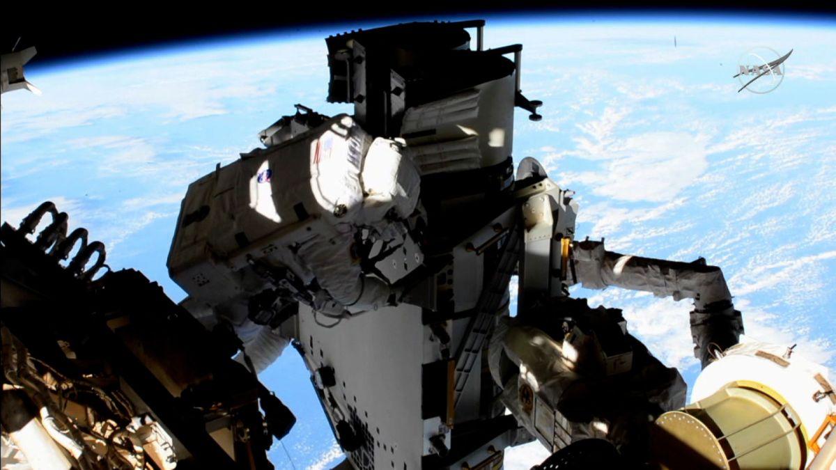 نصب پنلهای خورشیدی جدید در ایستگاه فضایی بینالمللی [تماشا کنید]