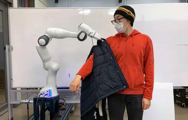 این ربات به افراد با محدودیتهای حرکتی در پوشیدن لباس کمک میکند [تماشا کنید]