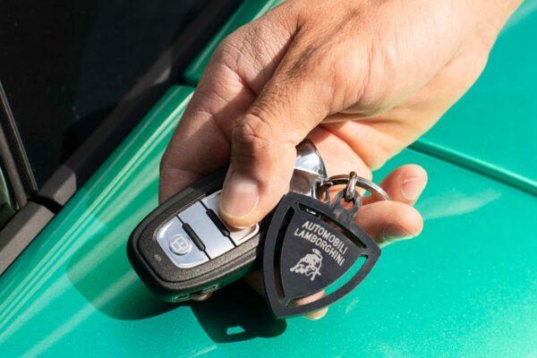 هشداری برای مالکان خودروهای مجهز به سیستم ورود بدون کلید؛ سارقان مدرن در کمیناند