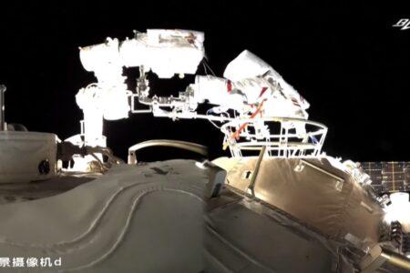 اولین راهپیمایی فضایی فضانوردان چینی در خارج از ایستگاه جدید [تماشا کنید]