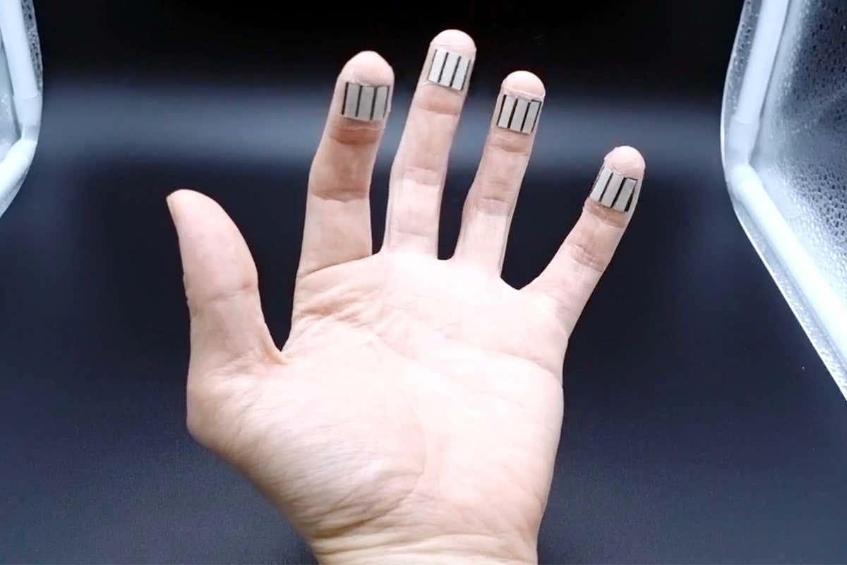 این ابزار جادویی عرق نوک انگشتان را به انرژی الکتریکی تبدیل میکند [تماشا کنید]