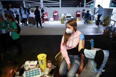 بریتانیا برای واکسیناسیون گسترده کودکان ۱۲ تا ۱۵ سال آماده میشود