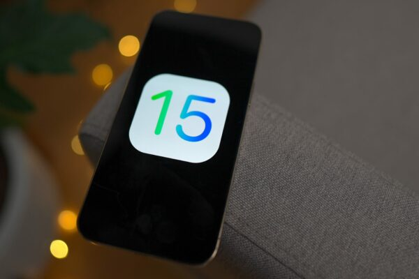 برخی کاربران آیفون از دریافت پیام هشدار پر شدن حافظه داخلی در iOS 15 خبر میدهند